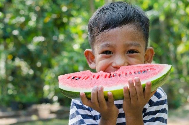 com-Anak Kecil Makan Buah