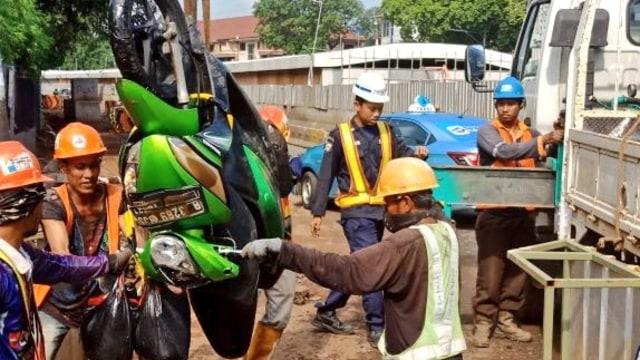 Motor terperosok di Bundaran Senayan