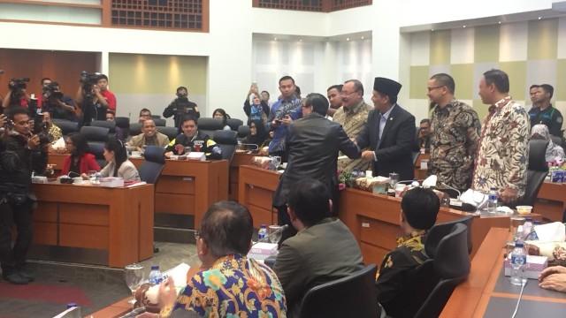 Hujan Pantun Warnai Rapat Finalisasi UU Antiterorisme di DPR (100460)