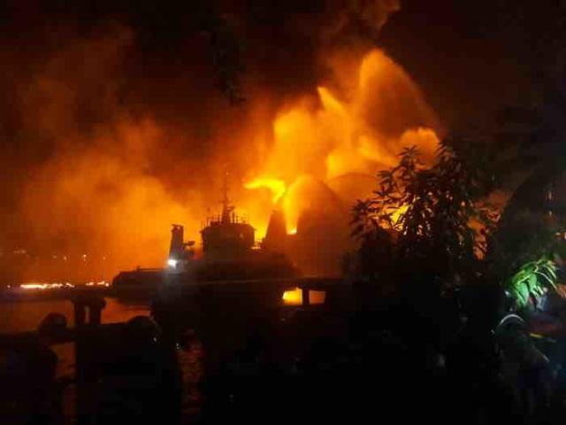 Diduga Ada 4 Kapal Tanker Pertamina yang Terbakar di Banjarmasin (629861)