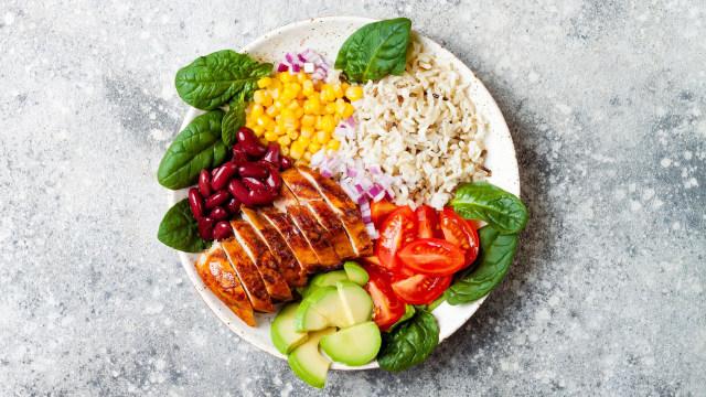 7 Tips Sederhana Mengontrol Porsi Makan supaya Enggak Kalap (230763)
