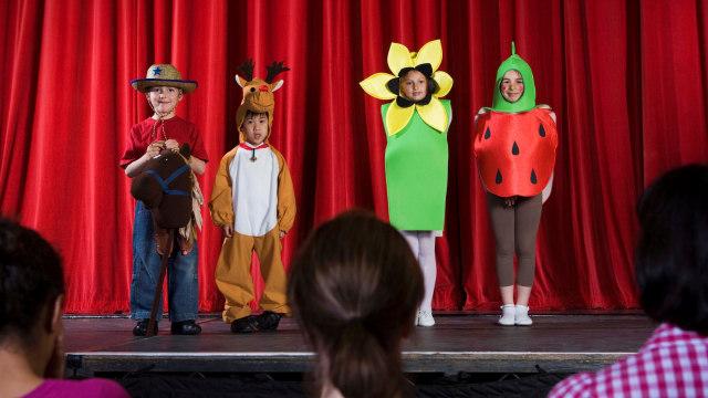 Ilustrasi anak tampil di acara sekolah