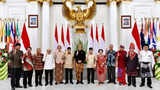 Jokowi dan Anggota BPIP Salam Pancasila