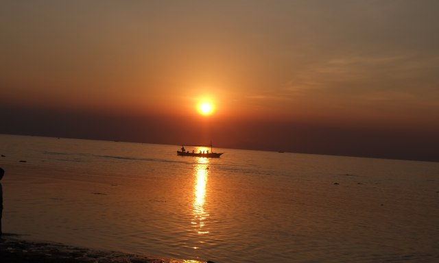 Sunset Pantai Lovina Jadi Daya Tarik Wisatawan di Bali Utara (696861)