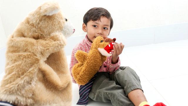 Anak bermain boneka jari.