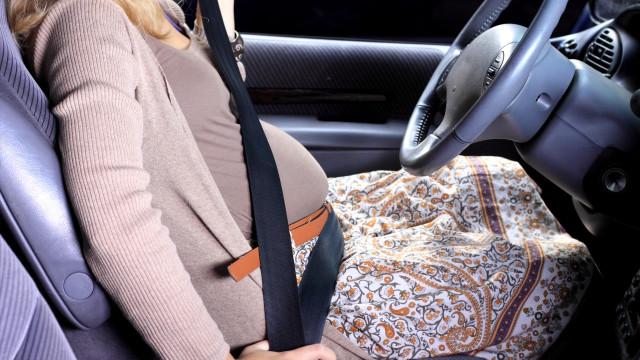 Menyetir mobil saat hamil.