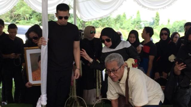 Pemakaman Ayah Olla Ramlan