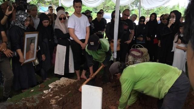 Suasana Haru Pemakaman Ayah Olla Ramlan di TPU Tanah Kusir (110203)