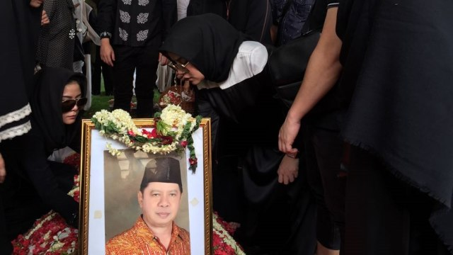 Suasana Haru Pemakaman Ayah Olla Ramlan di TPU Tanah Kusir (110201)