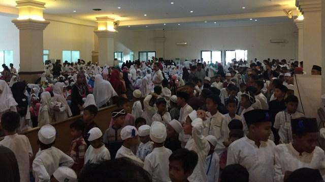 2250 anak yatim yang diberi santunan oleh Syahrini