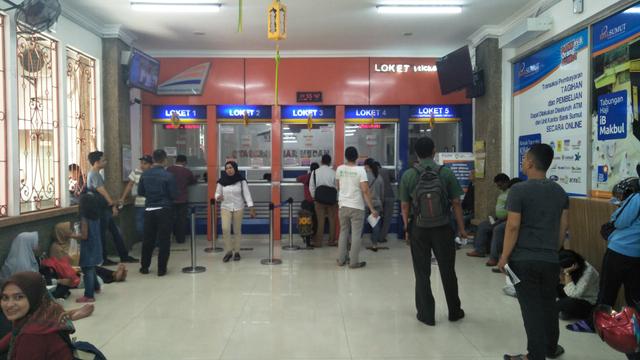 H-1 Larangan Mudik, Ribuan Penumpang Padati Bandara dan Stasiun di Sumut (68024)