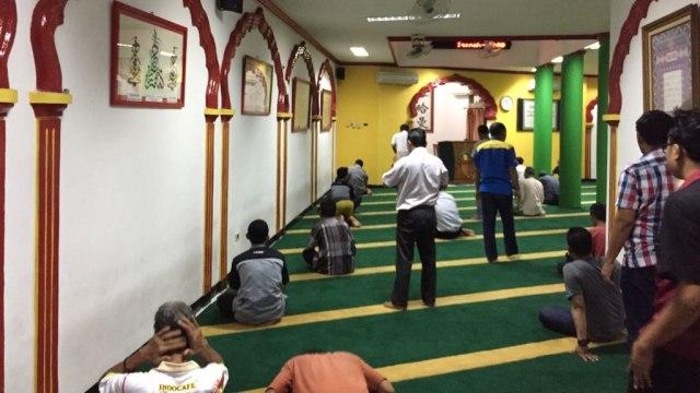 Salat berjamaah di Masjid Lautze