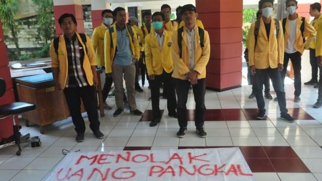 Mahasiswa Unnes kepung rektorat