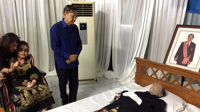 Boediono di rumah duka Irzan Tanjung.