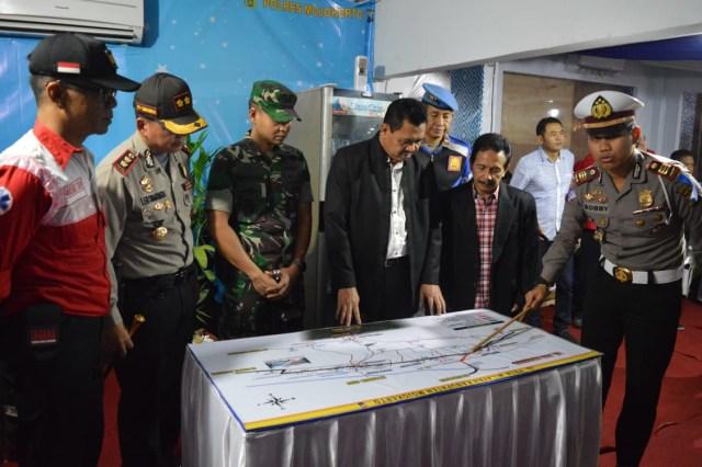 Dandim 0815 Bersama Forpimda Kabupaten Mojokerto Pantau Langsung Arus Mudik (10717)