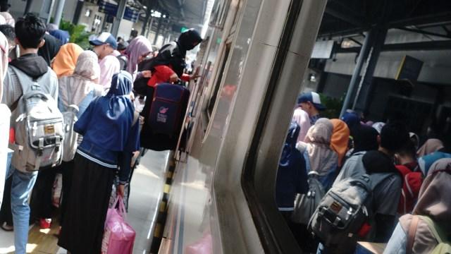 Arus Mudik di Stasiun Senen