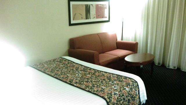 Ilustrasi Sofa di Kamar Hotel