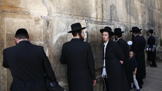 Mengunjungi Makam Yahudi di Petamburan  (76536)