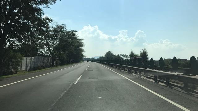 Pria Linglung Lempari Batu di Tol Tangerang-Merak, 7 Mobil Rusak (142835)