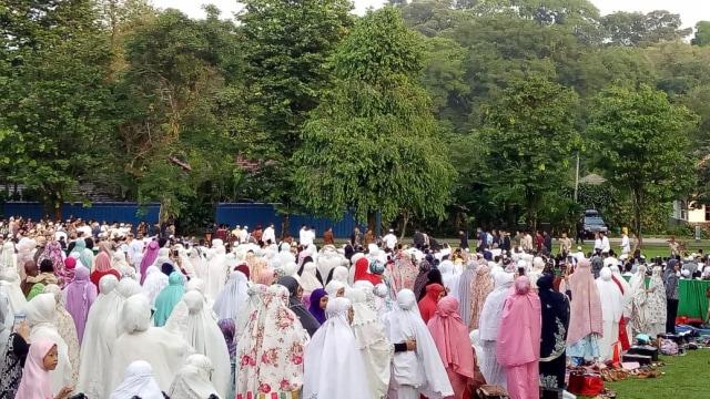 Jokowi dan Warga Bogor Salat Id di Kebun Raya (8624)