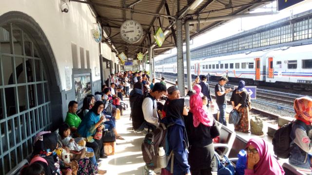 Suasana arus mudik di Stasiun Pasar Senen
