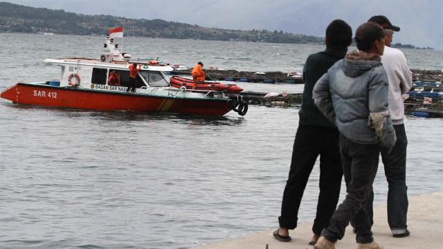 Proses evakuasi korban kapal KM Sinar Bangun