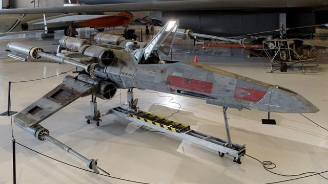 Pesawat X-wing.