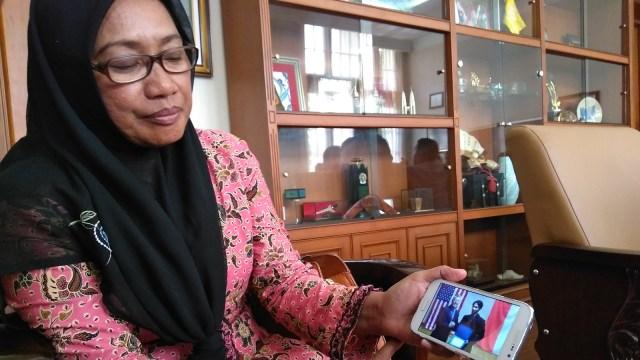 AKBP Jumiati (57) menunjukkan foto putranya