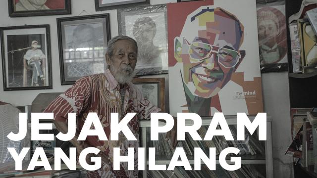 Soesilo Toer bersama lukisan Pram