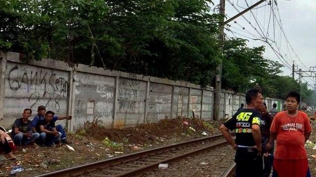 Korban Kebakaran di Johar Baru Ungsikan Barang di Bantaran Rel Kereta (75663)