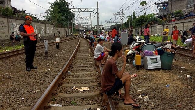 Korban Kebakaran di Johar Baru Ungsikan Barang di Bantaran Rel Kereta (75662)