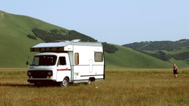 Ilustrasi Caravan di Cuaca Cerah