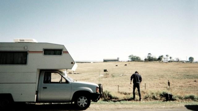 Ilustrasi Caravan di Alam Bebas