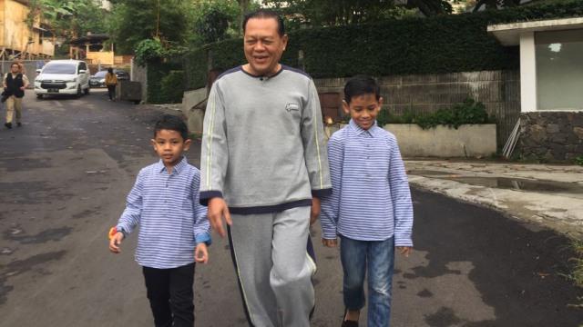 Sudrajat jogging bersama cucu