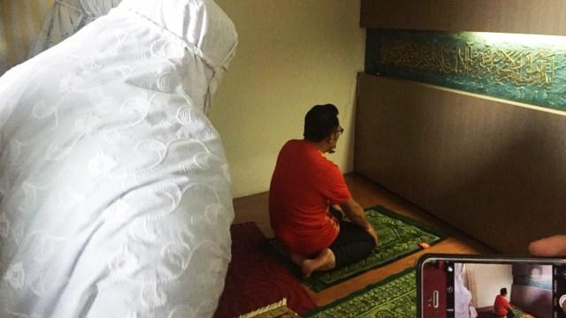 Jelang Nyoblos, Ridwan Kamil Salat Duha dan Sungkem ke Orang Tua (719053)