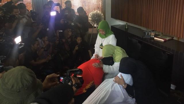Jelang Nyoblos, Ridwan Kamil Salat Duha dan Sungkem ke Orang Tua (719055)