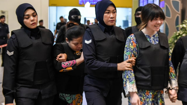 Siti Aisyah dan Doan Thi Huong dikawal polisi