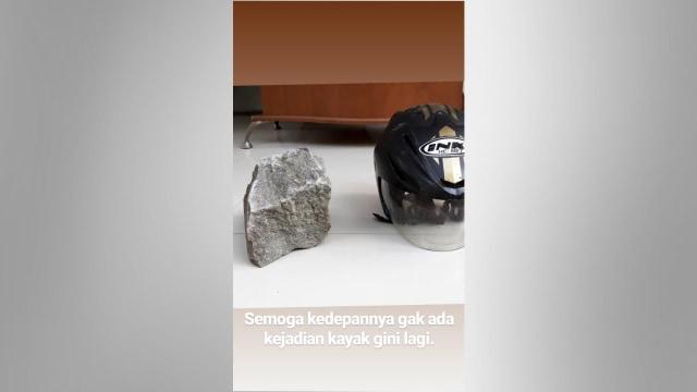 Wujud Batu Sebesar Kepala yang Dilempar dari JPO di Tol Merak (576610)