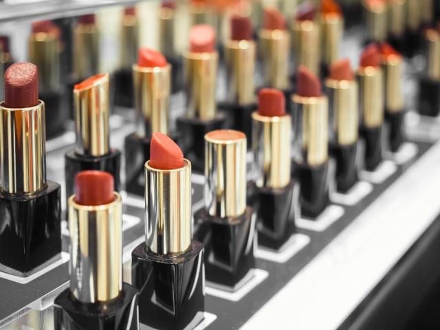 Tips Membetulkan Lipstik Patah dan Makeup yang Pecah (53746)