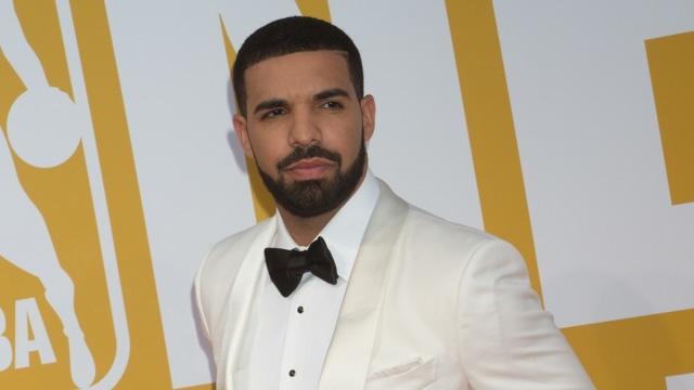 Drake Bagikan Tas Chanel Sebagai Suvenir di Pesta Ulang Tahunnya (7600)