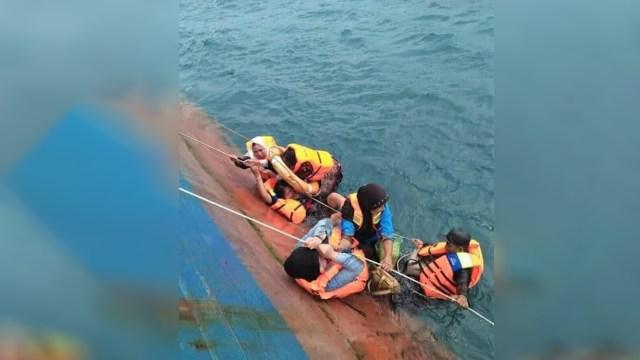 Penumpang kapal KM Lestari Maju