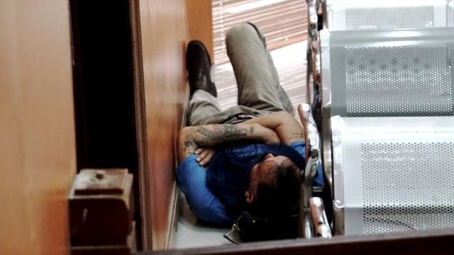 Tio Pakusadewo berbaring sebelum sidang