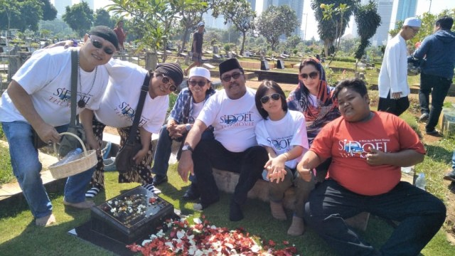 Pemain Film 'Si Doel The Movie' Napak Tilas ke Makam Benyamin Sueb (563596)
