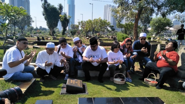 Pemain Film 'Si Doel The Movie' Napak Tilas ke Makam Benyamin Sueb (563595)