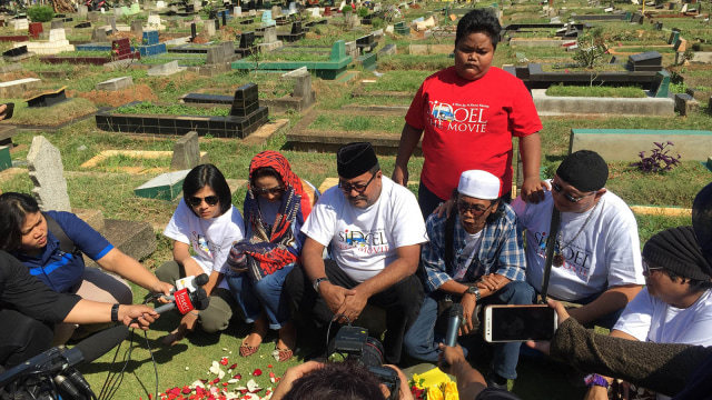 Pemain Film 'Si Doel The Movie' Napak Tilas ke Makam Benyamin Sueb (563597)