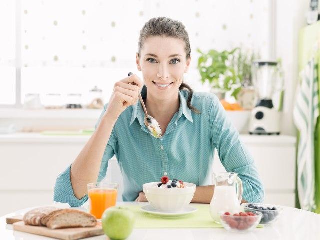 ilustrasi perempuan konsumsi makanan sehat