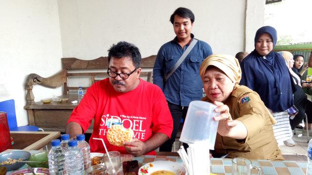 Pemain Film 'Si Doel The Movie' di Warung Nasi Mpok Nur