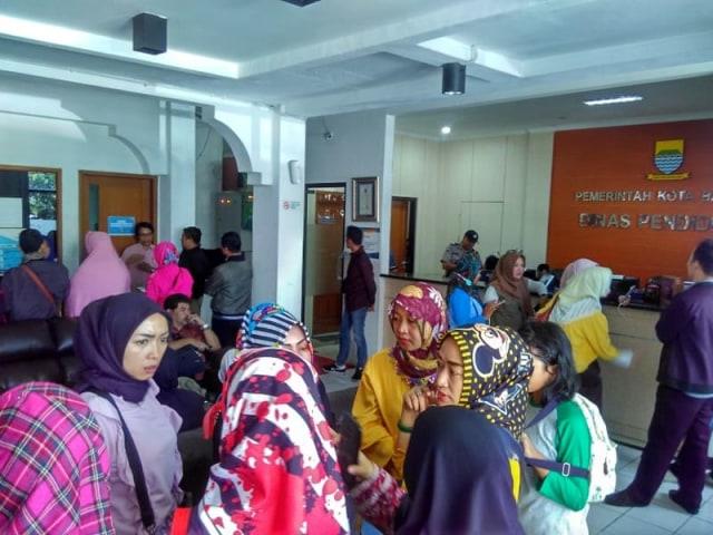Orang tua siswa datangi kantor Kantor Dinas Pendidikan Kota Bandung