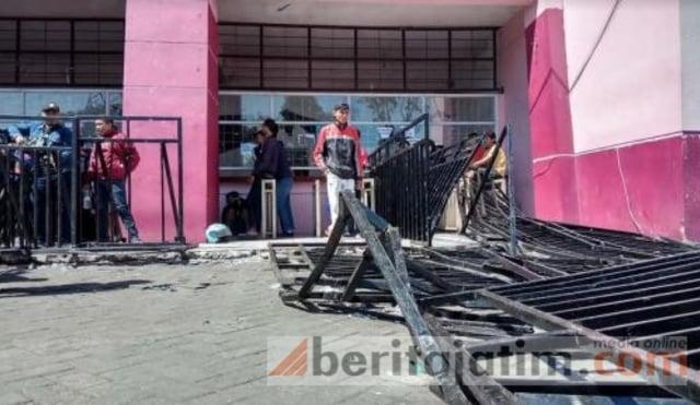 Pagar Stadion Rusak karena Tiket Timnas Indonesia Habis (1206534)