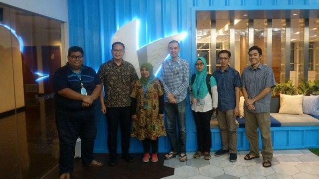 Ibu Ita Rima (tengah) bersama Ferry Unardi, CEO & Co Founder, Albert Zhang, Head of Design & Co-Founder, dan tim Traveloka.
